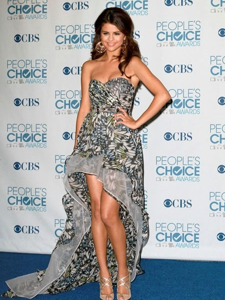 SELENA-GOMEZ-DRESS-DESIGN-PHOTOS-9