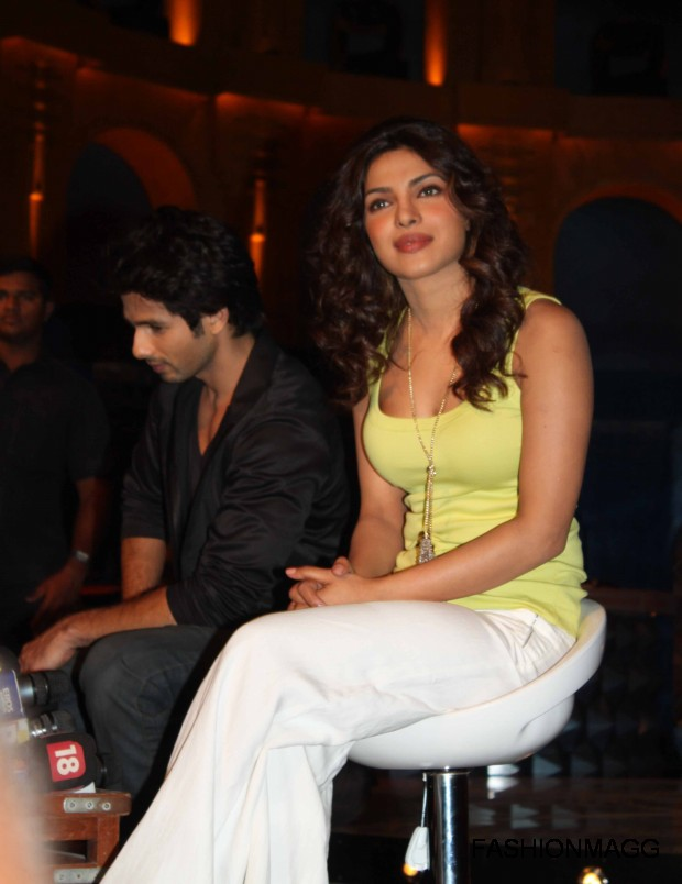 Priyanka-Chopra-and-Shahid-Kapoor-On-Extraa-Inninngs-T20-Photoshoot-2012-3