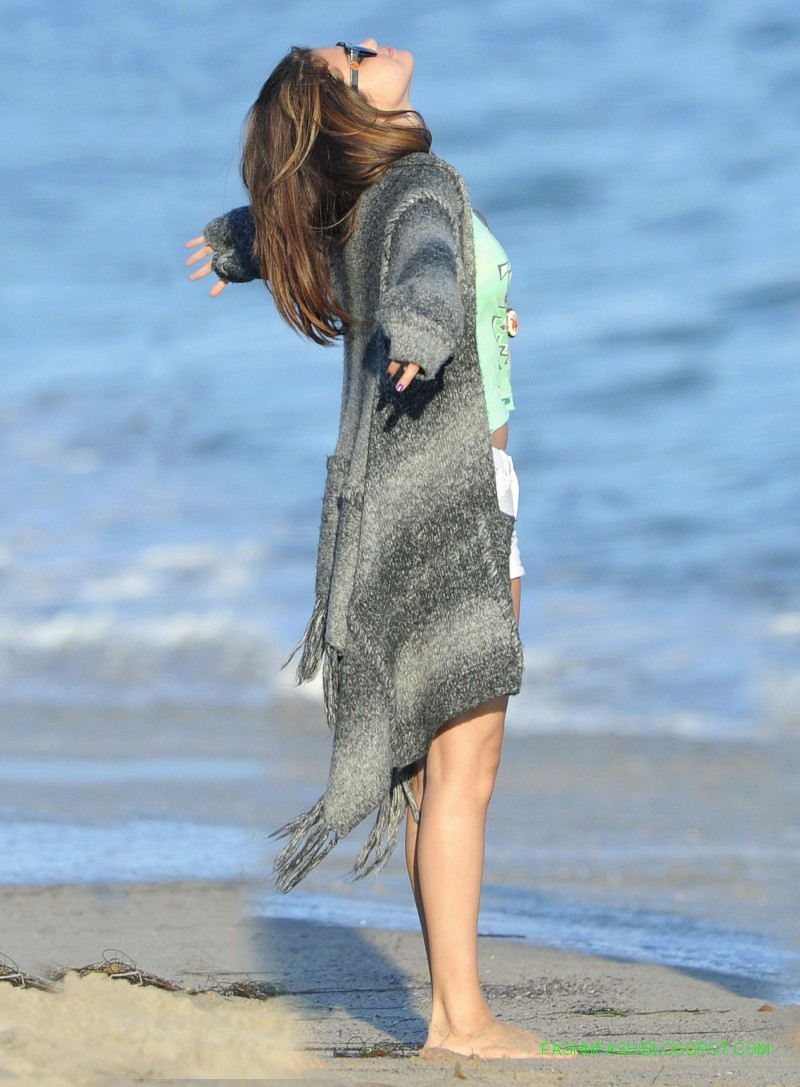 Selena-Gomez-in-Malibu-Beach-Bikini-Hot-Pictures-Photoshoot-2012-5