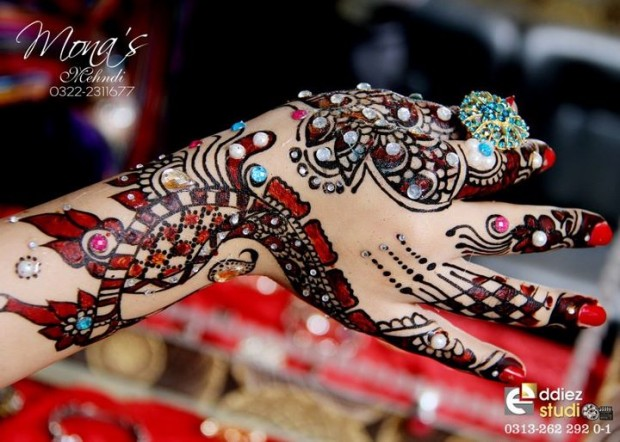 Beautiful-Indian-Bridal-Wedding-New-Mehndi-Designs-Embroidery-Dulhan-Feet-Mehndi-1