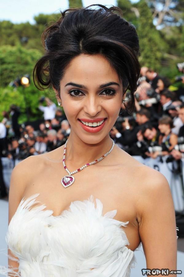 Bollywood-Indian-Celebrities-Deep-Neck-Open-Chest-Dress-Designs-Beautiful-Girls-Actresses-Models-Strapless-Dress-5
