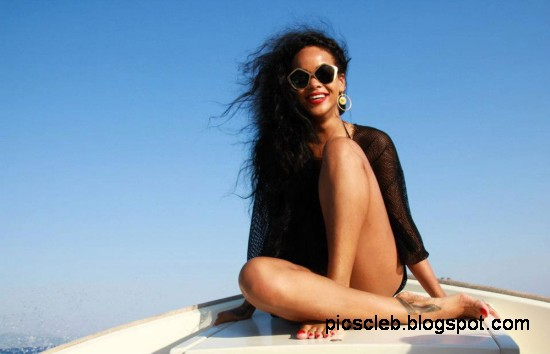 Rihanna-in-Bikini-on-Vaca-Yacht-Pictures-Photos-2