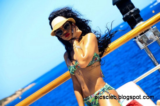 Rihanna-in-Bikini-on-Vaca-Yacht-Pictures-Photos-4