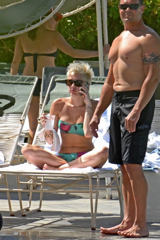 Miley-Cyrus-in-Bikini-at-Palm-Desert-Hotels-Pool-Pictures-Photos-5