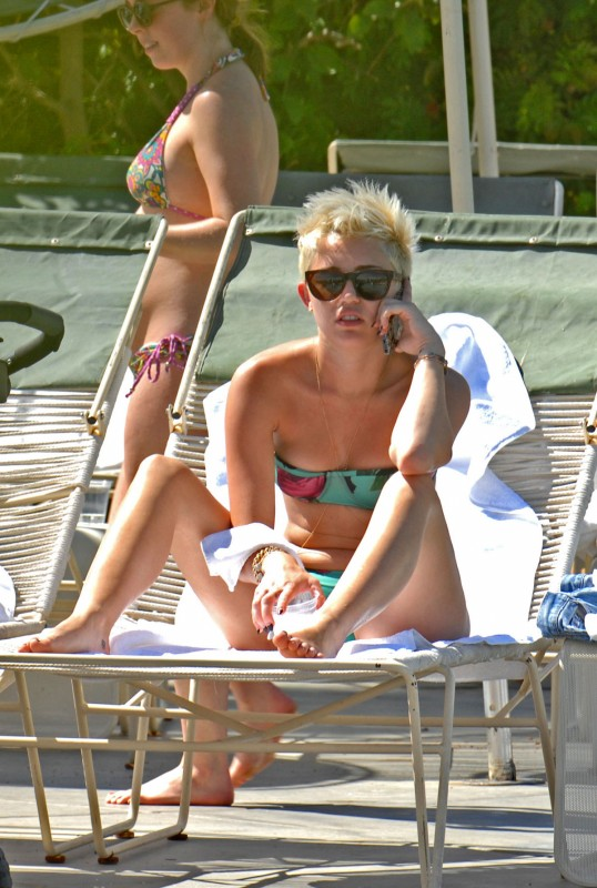 Miley-Cyrus-in-Bikini-at-Palm-Desert-Hotels-Pool-Pictures-Photos-6