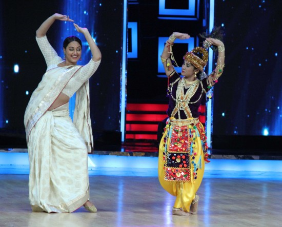 Sonakshi-Sinha-Lootera-Team-At-Star-Plus-India-Dancing-Superstar-Show-Pictures-Photo-1