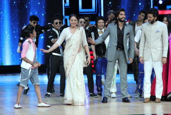 Sonakshi-Sinha-Lootera-Team-At-Star-Plus-India-Dancing-Superstar-Show-Pictures-Photo-3