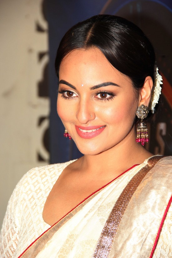 Sonakshi-Sinha-Lootera-Team-At-Star-Plus-India-Dancing-Superstar-Show-Pictures-Photo-4