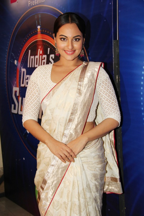 Sonakshi-Sinha-Lootera-Team-At-Star-Plus-India-Dancing-Superstar-Show-Pictures-Photo-5