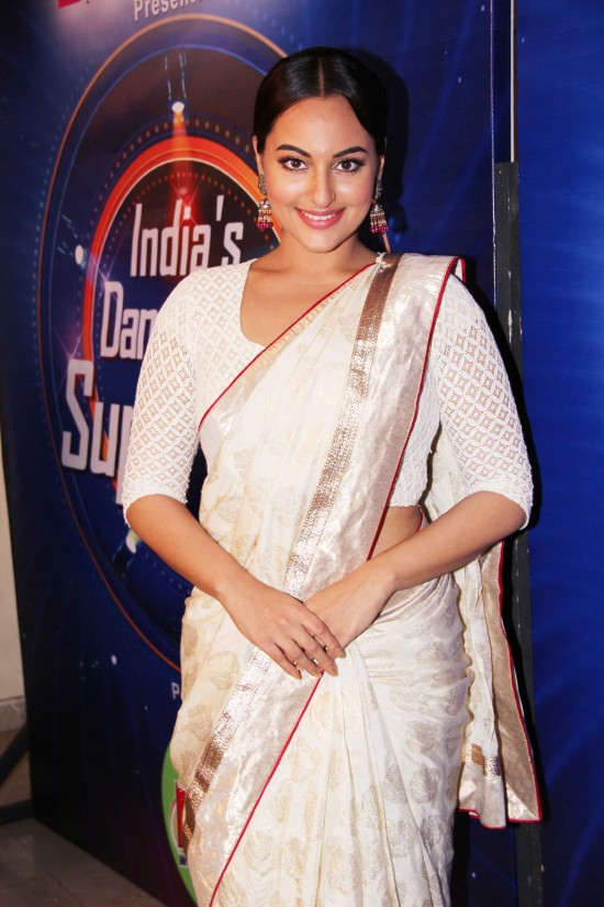 Sonakshi-Sinha-Lootera-Team-At-Star-Plus-India-Dancing-Superstar-Show-Pictures-Photo-6