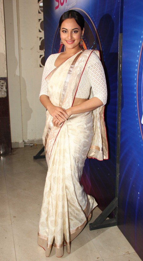 Sonakshi-Sinha-Lootera-Team-At-Star-Plus-India-Dancing-Superstar-Show-Pictures-Photo-7