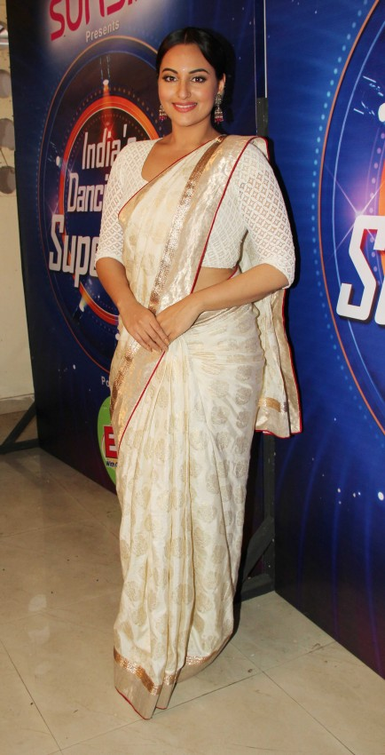 Sonakshi-Sinha-Lootera-Team-At-Star-Plus-India-Dancing-Superstar-Show-Pictures-Photo-9