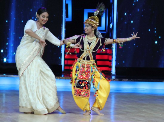 Sonakshi-Sinha-Lootera-Team-At-Star-Plus-India-Dancing-Superstar-Show-Pictures-Photo-