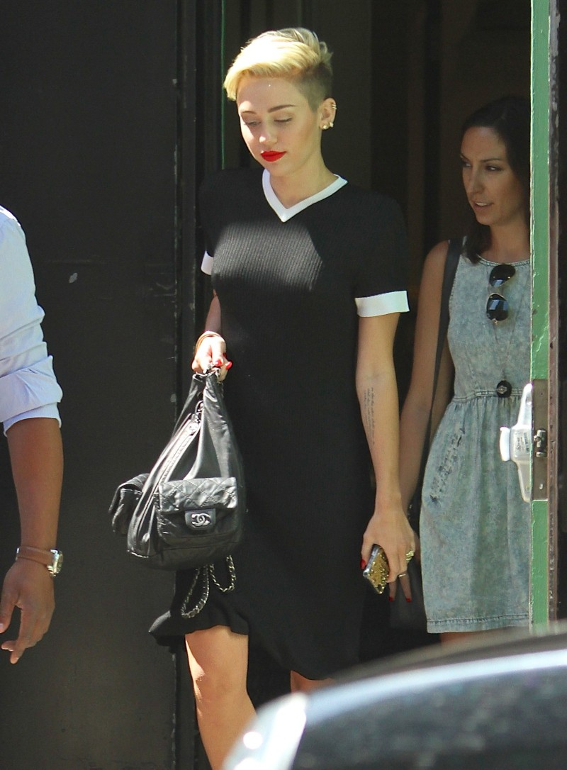 Miley-Cyrus-Braless-See-Through-Candids-New-York-Pictures-Photo-4