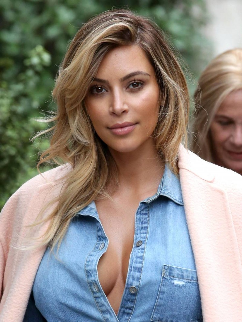 Kim-Kardashian-Cleavage-Candids-in-Paris-Pictures-Image-6