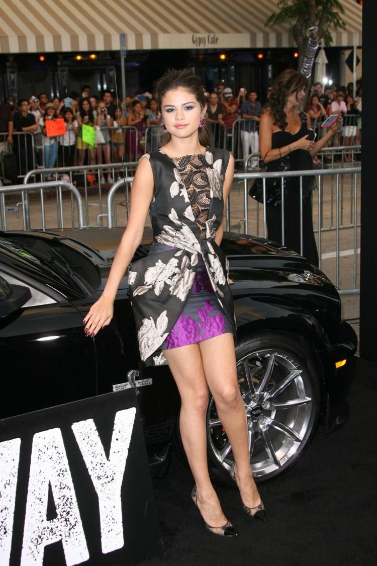 Selena-Gomez-at-Getaway-Premiere-in-Westwood-Pictures-Image-4