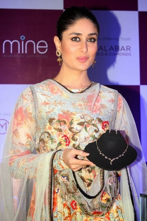 Kareena-Kapoor-in Anamika khanna anarkali suit- 7
