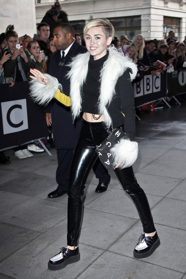 Miley-Cyrus-Arrives-at-BBC-Eadio-1-Studios-in-London-Photoshoot-Pictures-3
