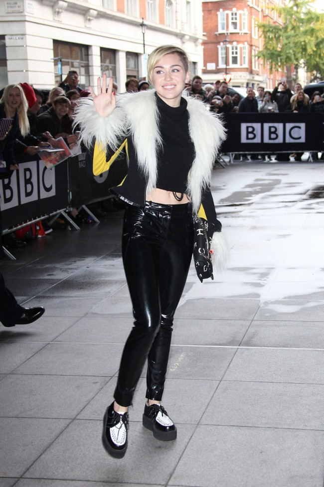 Miley-Cyrus-Arrives-at-BBC-Eadio-1-Studios-in-London-Photoshoot-Pictures-4