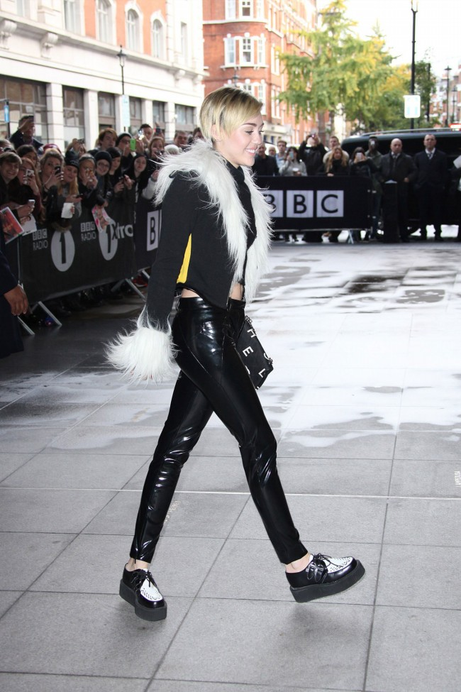 Miley-Cyrus-Arrives-at-BBC-Eadio-1-Studios-in-London-Photoshoot-Pictures-5