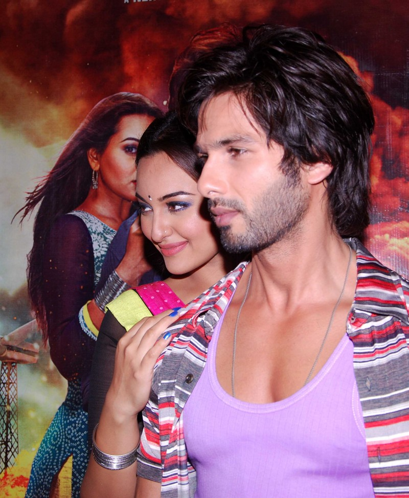 Shahid-Kapoor-Sonakshi-Sinha-at-R-Rajkumar-Movie-Music-Launch-Images-Picture-2