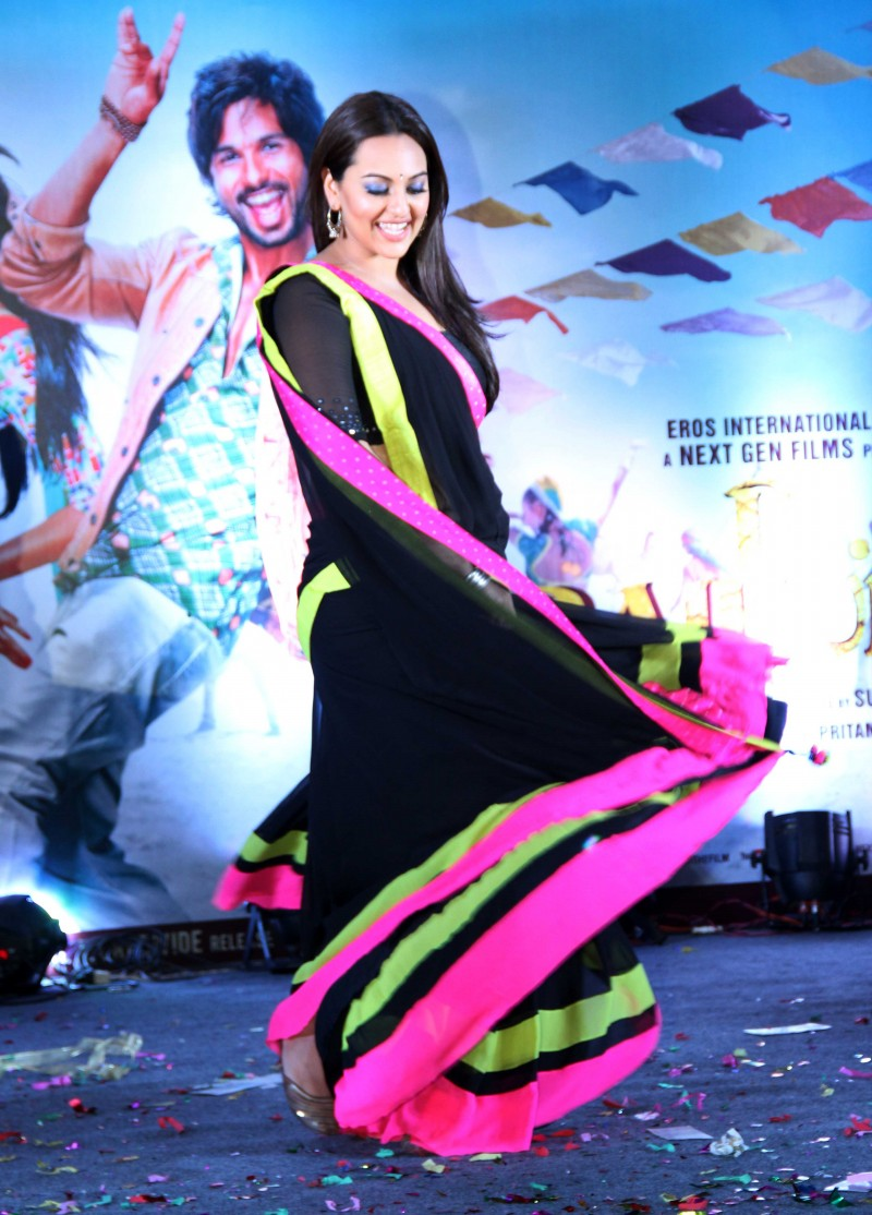 Shahid-Kapoor-Sonakshi-Sinha-at-R-Rajkumar-Movie-Music-Launch-Images-Picture-4