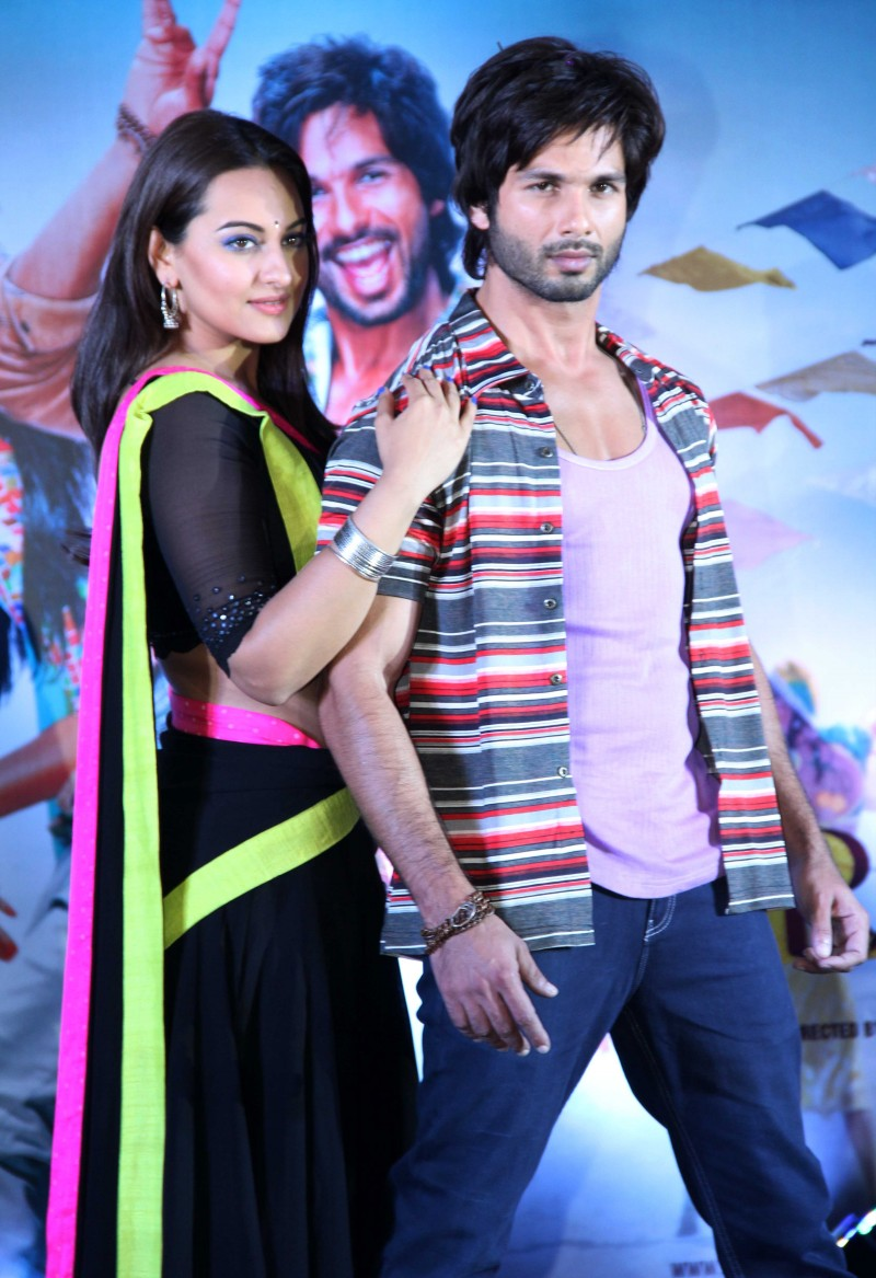 Shahid-Kapoor-Sonakshi-Sinha-at-R-Rajkumar-Movie-Music-Launch-Images-Picture-5