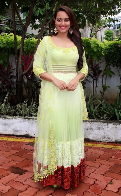 Sonakshi-Sinha-in Manish Malohtra Anarkali Frock (10)