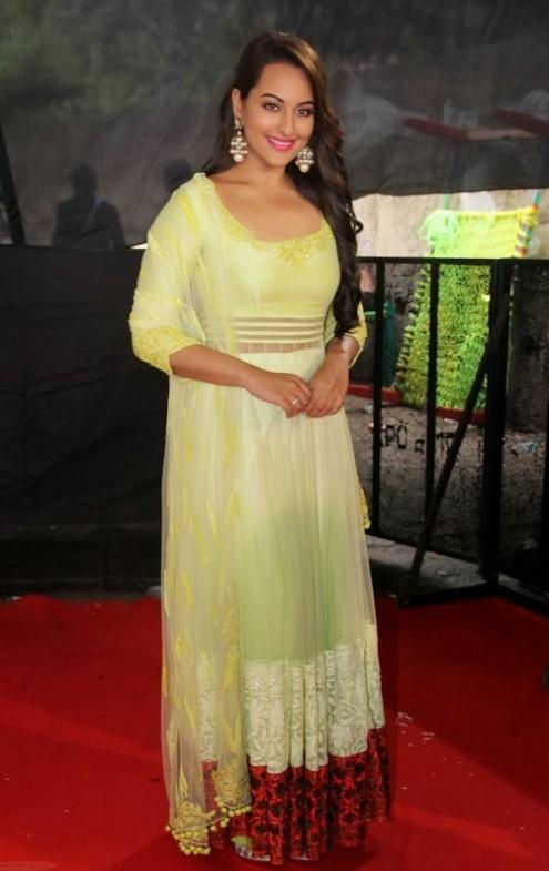 Sonakshi-Sinha-in Manish Malohtra Anarkali Frock (3)