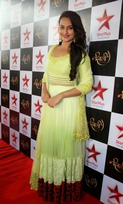Sonakshi-Sinha-in Manish Malohtra Anarkali Frock (5)