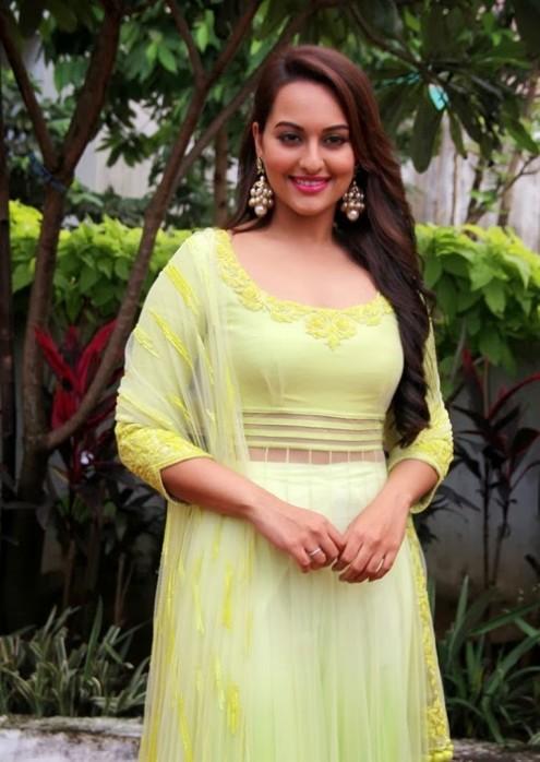 Sonakshi-Sinha-in Manish Malohtra Anarkali Frock (7)