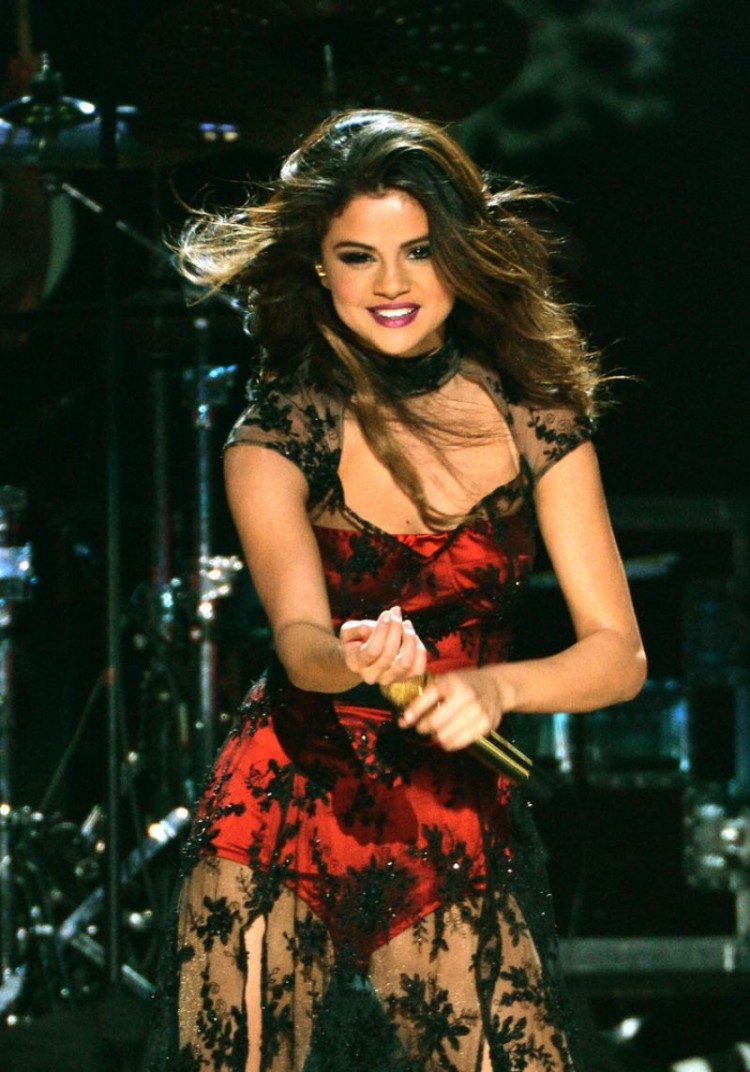 Selena-Gomez-Performs-at-Z100-Jingle-Ball-in-New-York-Image-Pictures-4