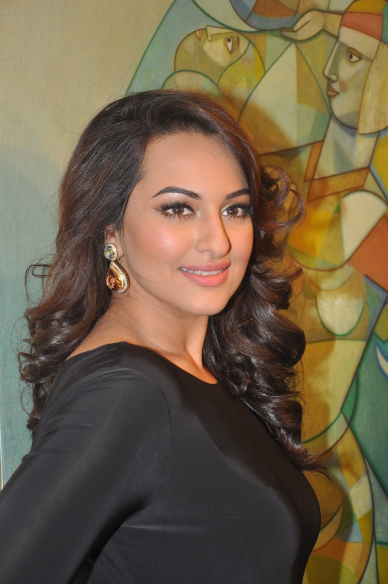Sonakshi Sinha At Penetralia Art Of Neeraj Goswami Art
