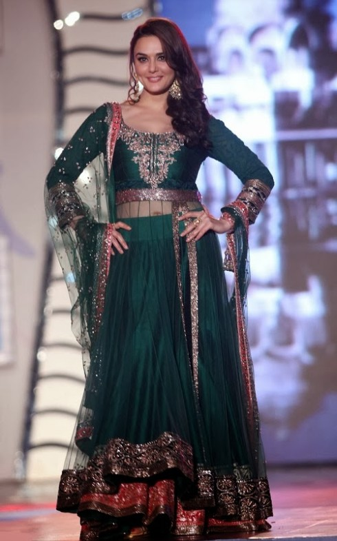 Indian-Bollywood-Celebs-at-Manish-Malohtras-Girls-Child-Outfits-Suits-Latest-Fashion-Show-3