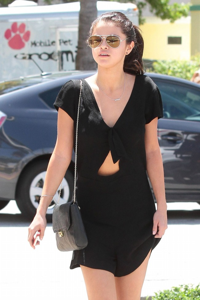 Selena-Gomez-Out-and-About-in-Miami-City-Pictures-Image-2