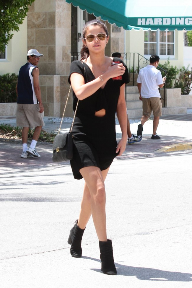 Selena-Gomez-Out-and-About-in-Miami-City-Pictures-Image-4