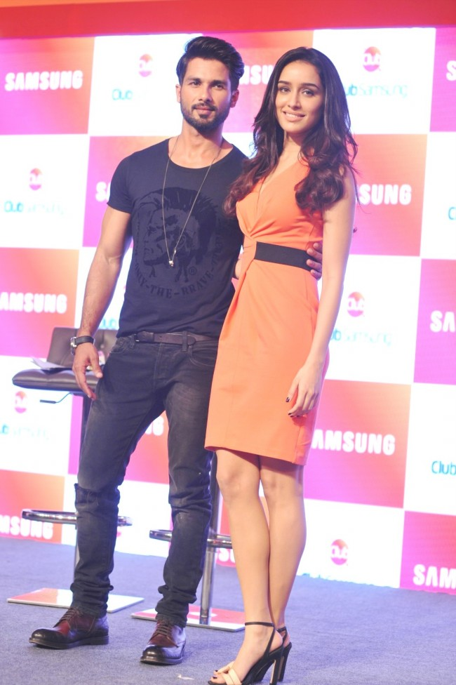 Shahid-Kapoor-Shraddha-Kapoor-Launch-Club-Samsung-Mobile-Promotion-Image-Pictures-1