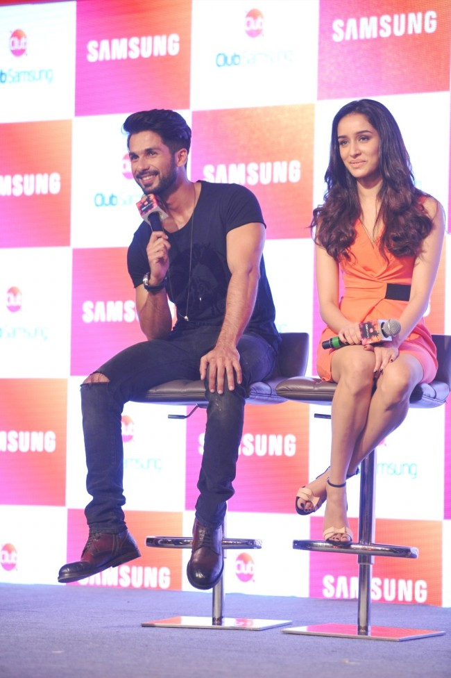 Shahid-Kapoor-Shraddha-Kapoor-Launch-Club-Samsung-Mobile-Promotion-Image-Pictures-2