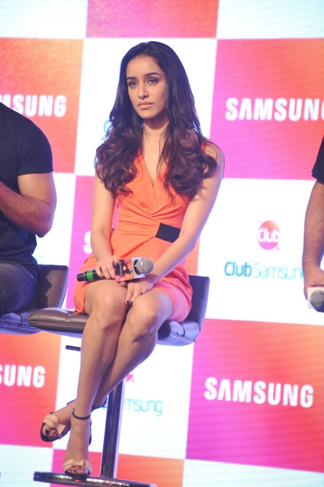 Shahid-Kapoor-Shraddha-Kapoor-Launch-Club-Samsung-Mobile-Promotion-Image-Pictures-3