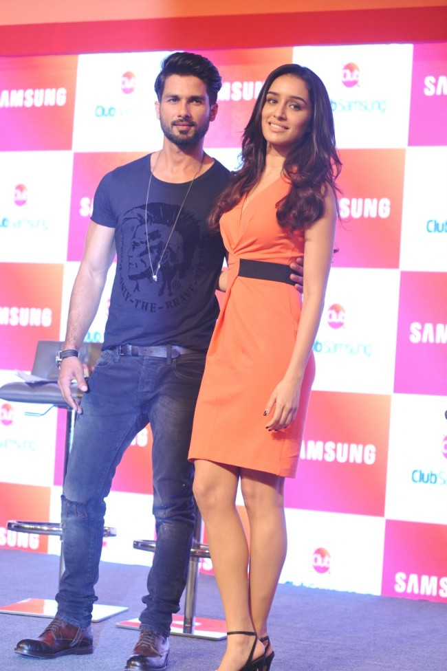 Shahid-Kapoor-Shraddha-Kapoor-Launch-Club-Samsung-Mobile-Promotion-Image-Pictures-4