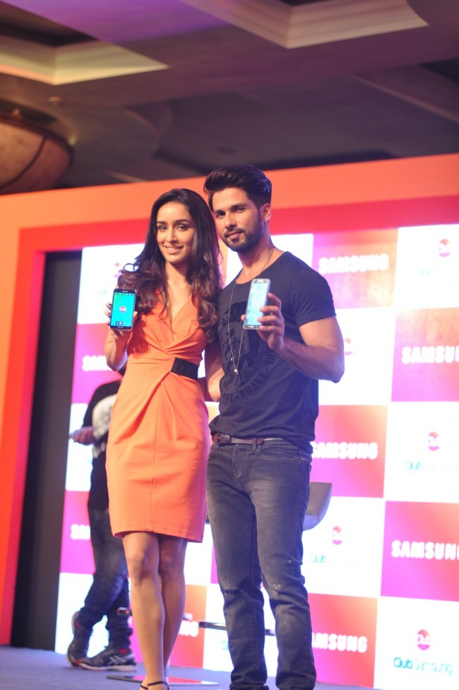 Shahid-Kapoor-Shraddha-Kapoor-Launch-Club-Samsung-Mobile-Promotion-Image-Pictures-7