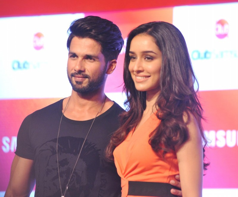 Shahid-Kapoor-Shraddha-Kapoor-Launch-Club-Samsung-Mobile-Promotion-Image-Pictures-