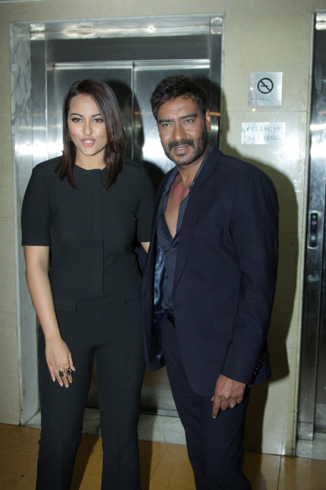 Ajay-Devgan-With-Sonakshi-Sinha-On-The-Sets-Of-KBC-Photo-Pictures-2