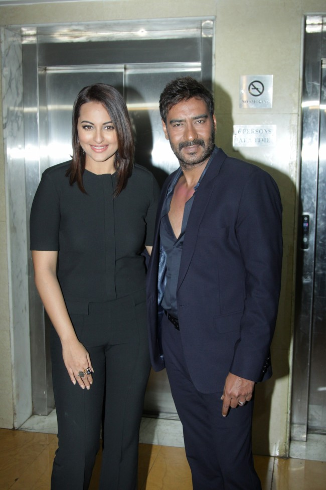 Ajay-Devgan-With-Sonakshi-Sinha-On-The-Sets-Of-KBC-Photo-Pictures-4