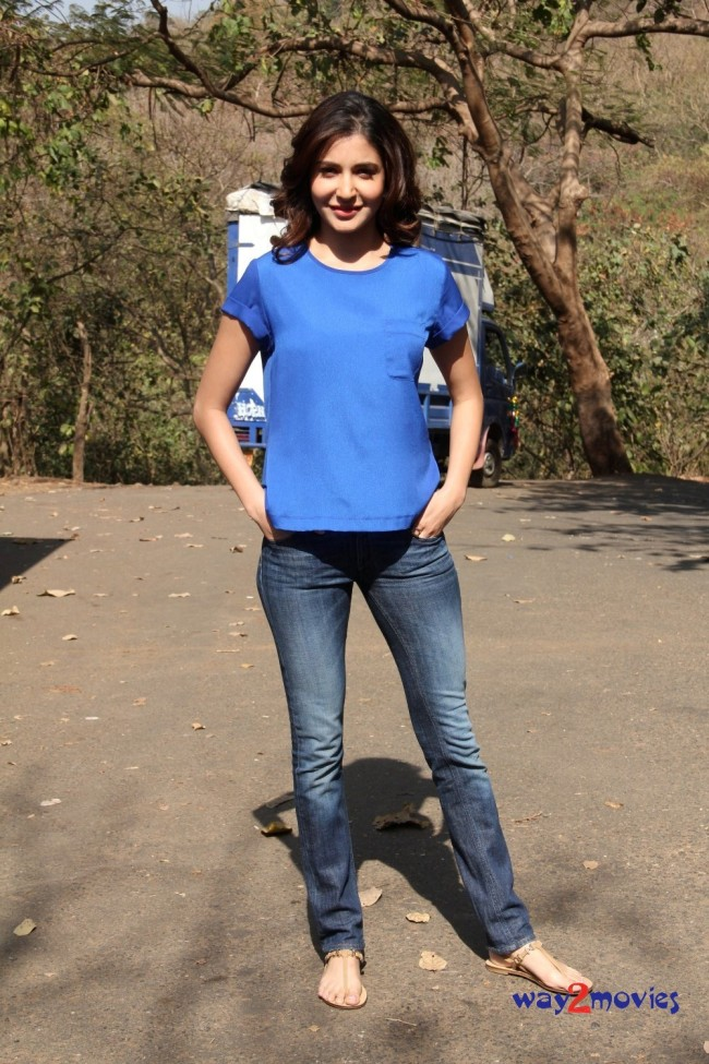 Anushka Sharma Bollywood-Indian Celebrity on the Sets of Savdhaan India Photos-Pictures-6