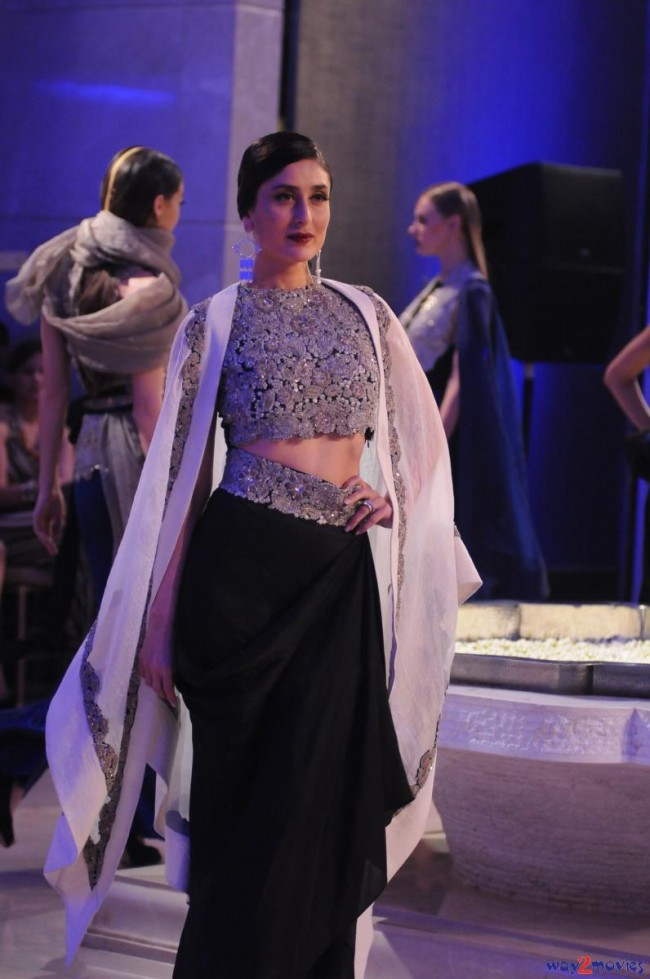 Kareena Kapoor at LFW Summer Resort 2015 Grand Finale Photos-Pictures-2