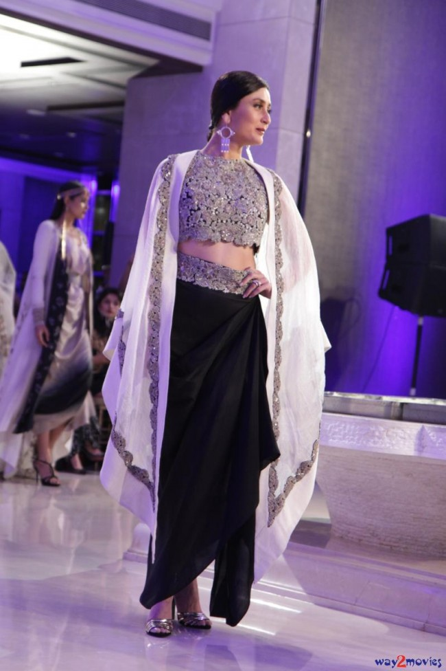 Kareena Kapoor at LFW Summer Resort 2015 Grand Finale Photos-Pictures-7