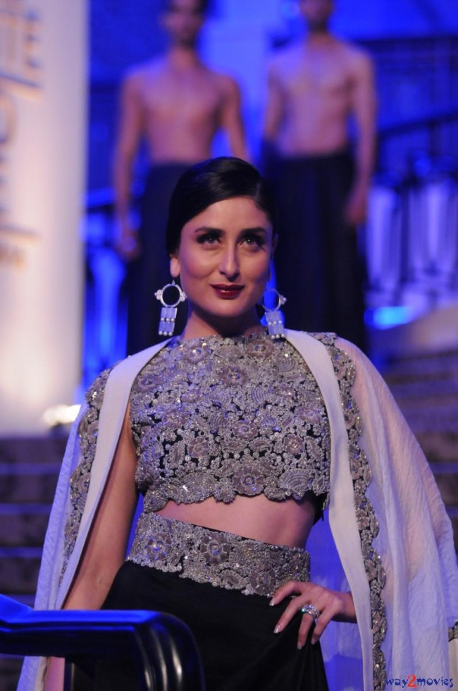 Kareena Kapoor at LFW Summer Resort 2015 Grand Finale Photos-Pictures-
